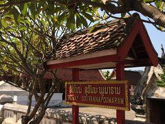 今日はお金のかからない寺院を巡ろう。VAT MAIは他と違って黒い寺院がたくさん。