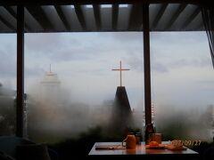 水曜7時。ダブルツリーbyヒルトン首里城の朝食会場。雨上がりでもやが立ち込めてきます。