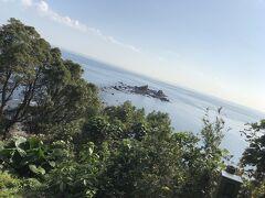 岬の最先端の巨石・三ッ石  元旦には初日の出を見に多くの人が訪れる場所の様です