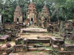 煉瓦積の複数の祠堂が並んでいる