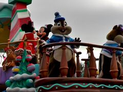 ミニー・オー!ミニーを鑑賞した後は、クリスマス・ファンタジーのパレード「ディズニー・クリスマス・ストーリーズ」へ! このパレードですが、2015年より公演されており、昨年と内容は変わっておりません。  まず「ドナルド、デイジー、スクルージ、ヒューイ・デューイ・ルーイ」→「ウッディ、ジェシー、バズ、ブルズアイ、グリーンアーミーメン」→「白雪姫、七人のこびと」→「ミッキー、ミニー、プルート、チップと、デール、グーフィー、マックス」→「リロ、スティッチ、エンジェル」→「ベル、ビースト」→「アナ、エルサ、オラフ」の各フロートの順にやってきます。