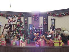 2017年11月10日(金)。 2パーク年間パスポートを持って、まずクリスマス・ファンタジー開催中の東京ディズニーランドへ! エントランス中央前にある花壇にはクリスマス・ファンタジーのフォトロケーションが飾られています。 クリスマスの準備をするミッキー、ミニー、プルートがいます。