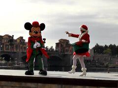 東京ディズニーシーへ移動して最初のショーは、クリスマス・ウィッシュのショー「パーフェクト・クリスマス」を鑑賞! このショーですが、2015年より公演されており、今年で最後になります。 内容は、昨年の15周年の音楽やチップとデールやダンサーが靴下を振り回すシーンは、無かったです!?