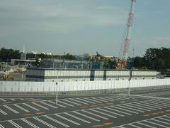 東京ディズニーランドのショーとパレードを鑑賞した後は、ディズニーリゾートラインに乗ります。 東京ディズニーランド・ステーションから出発すると駐車場の奥に東京ディズニーランドで現在開発の新エリアの工事している状況を見えるので進展を確認! 着々と進んでおり、先日クローズしたスタージェットも見えます。 ロケットの周りには工事用のシートが設置されていました…