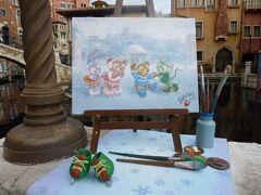 パーフェクト・クリスマスを鑑賞した後は、時間があったのでパラッツォ・カナルを歩いて行くとディズニー・ハロウィーンの時にもありましたが、ジェラトーニが描いた絵画が置いてあり、今回は雪の中のウォーターフロントパークでダッフィー、シェリーメイ、ジェラトーニ、ステラ・ルーがスケートをしている絵でした!