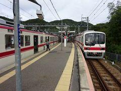 有馬口駅に到着。左側のホームには、ほとんど同時に三田駅始発の電車が到着。 昼間はどちらも15分間隔で、接続しているダイヤである。