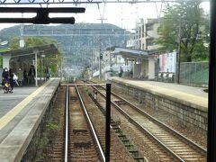 花山駅。 駅の先から、またすごい下りになっている。