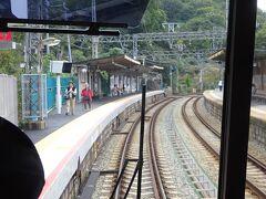 坂の途中にある、箕谷駅。