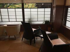 小樽、朝里川温泉、宏楽園の朝。大浴場の休憩場所です。 各部屋に温泉の露天風呂がついていたりするので、大浴場が空いていることが多いです。