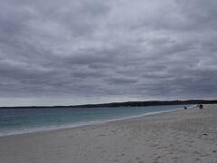 やっと到着。今回の旅の中でも途中立ち寄るところがなかったせいか本当に遠くまできたように思えます。 でも、この白い砂浜! 本当に真っ白なビーチがどこまでも続いている!