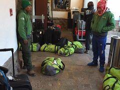 早朝4時半起床で5時のお出迎え。キャンプ宿泊に必要な物は全てこのダッフルバッグに詰めてラマに運んでもらいます。まだ早いのに外はもう明るい。ここからラレス渓谷の登山口に向けて3時間ほどバスに揺られます。