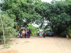 次の目的地は、首長族の村。 入村には300B必要でした。 ツアーの半分の人は、車で待っていました。 あらかじめ料金を払っている人もいました。