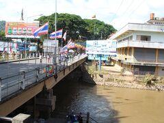国境の橋。 川向こうはミャンマーです。