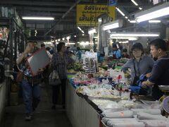 こちらはチャーンプアック市場。 地元の人でにぎわっていました。