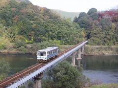 広島空港から約1時間で三次市へ。 まずは三次市内の第一可愛川橋梁で三次駅発14時11分、尾関山駅14時15分発のデイーゼルカーをパチり。