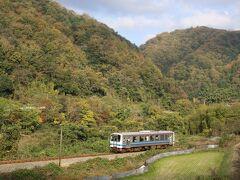 三江線は30キロくらいでゆっくりゆっくり走ります。 そこで車で追いかけ、追い越して、所木駅と信木駅の間で再度パチり。