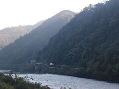 今度は江の川沿いを走るデイーゼルカーを。 香淀駅と作木口駅の間でパチり。