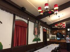 今夜の食事はステーキです。 生徒さんたちも一緒にレストラン集合で皆それまで街でお買い物タイムがありました。  時間を持て余していた私はスタバでネットをしていたのですが、数人の生徒さんがいて、一緒にお店を出て向かいました。