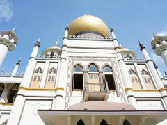 というわけでこれがアラブストリートの目玉「サルタン・モスク」です。 礼拝の間は異教徒は見学できませんが、それ以外の時間は入ることができます。  この時間はモスクの中に入れました!早速入ります!!