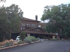 グランドキャニオン眺めながらホテルに到着 El Tovar Hotel  夕方到着したので駐車場結構一杯でしたがたまたま1台だけ空いてた。