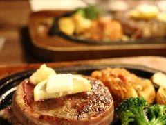 アイランドクルーのお姉さんが教えてくれた『レストラン・フリッパー』で夜ごはん。 おすすめのヒレステーキをオーダー。230gで2,200円。 ベーコンで巻かれたまん丸のステーキ。 脂の少ない上質な赤身肉、とっても美味しかったです♪
