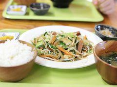 最後の食事は野菜炒め定食。ランチョンミートが入っていました。 夏とは違う楽しみ方ができた今回の旅。秋の沖縄もまた好きになりました。  次はいつ来られるかな。