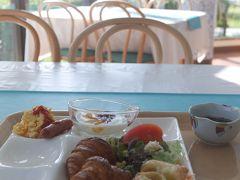 4日目最終日の朝。 今日もホテルカレッタで海を見ながら焼きたてパンを食べます。  パンは美味しいー。そのほかは普通。