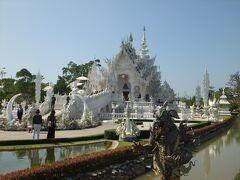 別名ホワイトテンプルのワット・ローン・クーンは有名な建築家が手掛けているお寺で、未だに建設中。