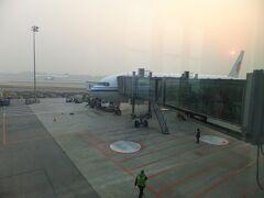 11月6日(月)   4時間ほどのフライトで北京へ。着いた時点で3℃。外が寒そう。中途半端な夜行便続きで、とにかく眠くて疲れる。夏にもトランジットで来ているので、3か月ぶりの北京空港。