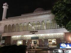 大きな白い建物。 モスクだそうです。