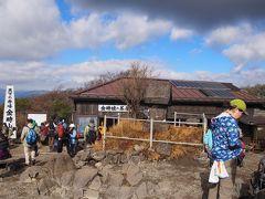 金時山山頂には二軒の茶屋があり、こちらは金時茶屋。 妙齢の金時娘がお待ちかね。