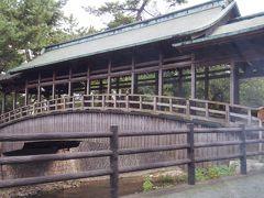 タクシーの車内から。 表参道の近くを流れる金倉川に架かる「鞘橋」です。 平成10年に国の有形文化財に登録されたそうです。 渡ることはデキマセン。