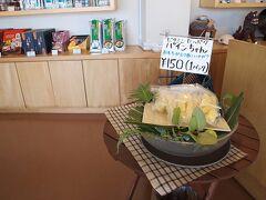 沖縄の特産品が沢山並んでいた。 同じ日本人なのに沖縄の文化や食べ物は独特なものがあって面白い。
