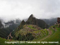 見張り小屋(Recinto del Guardián)  インカ橋(Puente Inca)に向かう小径から見下ろすマチュピチュ(Machu Picchu)の全景です。
