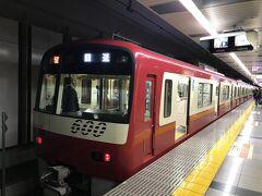 東松戸で成田スカイアクセス線のアクセス特急に乗り換える。一番前に乗れば、前面展望の座席に座れる京急の車両で、実に爽快。成田空港には7:43着。浦和からスカイライナーと10分差で1,000円の価格差があるなら、こちらのルートの方がお得だ。