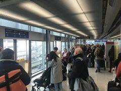 シェンゲン圏外の便が少ないせいか、デュッセルドルフ空港の入国は実にスムーズ。兄夫婦に出迎えてもらい、空港ターミナルからドイツ鉄道の駅へ向かうモノレール乗り場に行くが...... 混雑していて乗れない。