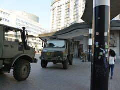 中央駅に戻って空港に戻ります。 陸軍の車両が止まっていてものものしいです。