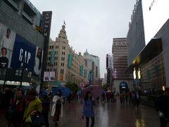 チェックインまであと30分位待ってくださいと言われてので、ホテルの周囲をぶらぶら。    メインストリートの南京東路まで5分かかりませんでした。   小雨が降っていましたが、活気がありました。