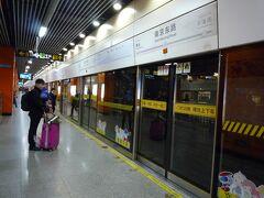 南京東路駅。日本と同じです。表示もわかりやすく間違っても反対方向の電車には乗ることはないです。