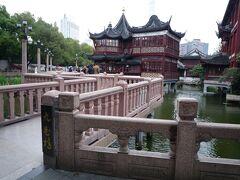 写真スポットの湖心亭&九曲橋。   まだ8時前にもかかわらず、観光客がそれなりにいました。   日本人観光客に頼んで写真をとってもらいました。