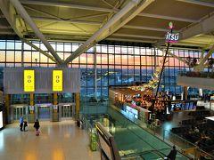 乗ったらすぐに寝せられて、AM6:05、 朝焼けのロンドン・ヒースロー空港到着。 第5ターミナルへ連絡バスで移動。 広いけどわかりやすい。GOODです。