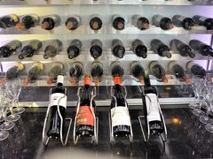 朝早いのでラウンジのお食事は、 ブレッドサンドやフルーツが中心。 ウワサ通りにワインが豊富。 ナパや南アフリカに行かなくとも 世界のワイナリー巡りがここでできちゃう。