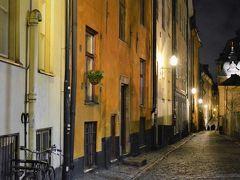 夜のガムラ スタンに来てみたー。 スウェーデン語で「古い町」を意味していて 曲がりくねった細い路地が続いている 中世の街のような美しい街並みです。 てか、裏通りは、人、少なっ。
