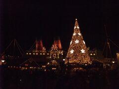 アメリカンウォーターフロントにある毎年恒例のクリスマスツリーとS.S.コロンビア号!
