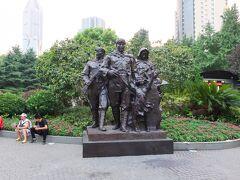 中国らしい銅像です