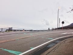 観光案内所から車で5分、《那須高原展望台》に来ました。那須ロープウェイへ続くボルケーノハイウェイの途中にありますが、ちょうどカーブに差し掛かる場所に位置するため、駐車の出入りの際は注意してください。