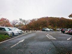 展望台から走ること10分、《駒止の滝》に到着。こちらの無料駐車場に駐車します。