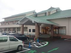 さて、苔屋から車で走ること40分、15時には本日の宿、大田原温泉にある《ホテル龍城苑》に到着。駐車場はほぼ満車でしたが、宿泊者専用の駐車スペースがあるので、僕たちはゆうゆうと駐車できました。