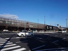このまま乗り継いでいっても、どこかで待ち時間が生じるので、上熊本駅で下車。新幹線開業で特急は来なくなってしまった、対面ホームの高架駅です。小さな駅ながら、木材を多用した内外装は豪華な雰囲気。  熊本市電や熊本電鉄も接続していて、熊本市北部の乗り継ぎ拠点になっています。