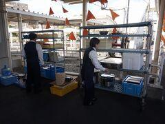 出水駅に到着。当駅で、ランチ用の食材積み込みが行われます。  食堂車=車内調理という常識を覆し、沿線のレストランでできた料理を積み込むシステムは、各地のレストラン列車でも取り入れられました。